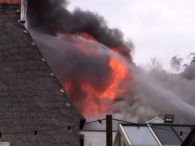Uitslaande brand in wijd bekende Bowlingboerderij in Nijverdal