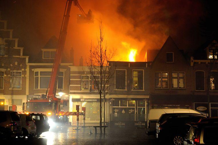 De brandweer bestrijdt een grote brand in de Langestraat in het centrum van Alkmaar. Beeld ANP