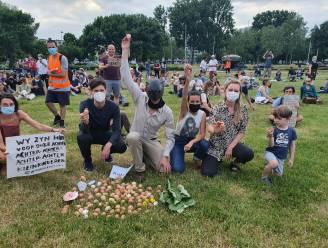 """Burgerbeweging Grondrecht lokt 400 sympathisanten mét eieren naar Linkeroever voor PFOS-manifestatie: """"We tolereren geen leugens meer"""""""
