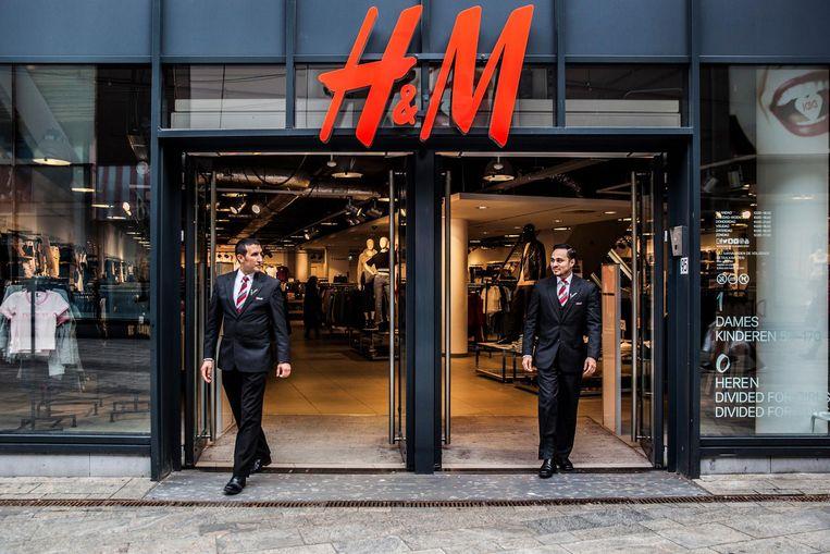 'Hij geeft de winkeliers een veilig gevoel', zegt een floormanager van de H&M over beveiliger Abdel Fkyerat (links op de foto). Beeld Aurélie Geurts