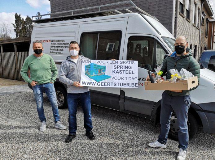 Jelle Strijbos (rechts) is het 20.000ste lid van 'Ge zijt van Kapellen als ge...'. Hij krijgt van sponsor Geert Stuer (midden) een bon om één dag een springkasteel te huren, de beheerders van de Facebookgroep Dirk van Laer (links) en Hugo De Hoon schenken hem een paaspakket.