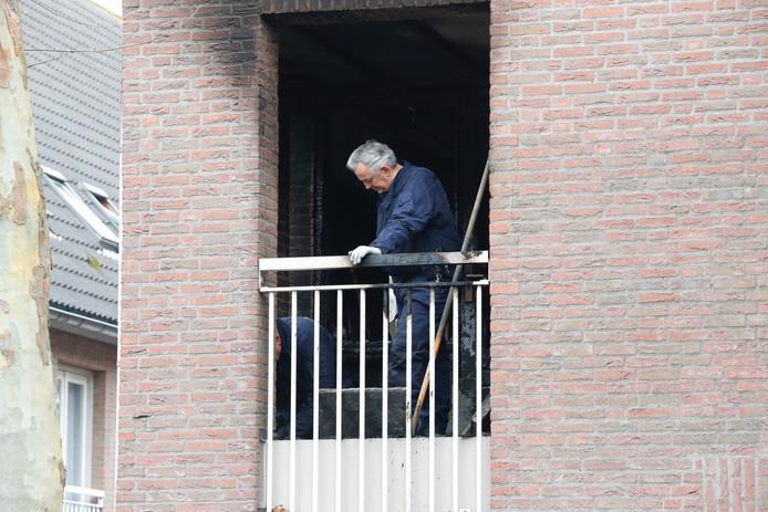 Rechercheurs op het balkon van de woning.