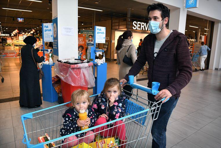 Coronaproof boodschappen doen in Tilburg. Beeld Marcel van den Bergh / de Volkskrant
