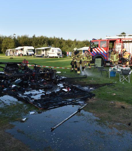 Brand en explosie verwoesten vouwwagen op camping in Teuge: gezin ongedeerd