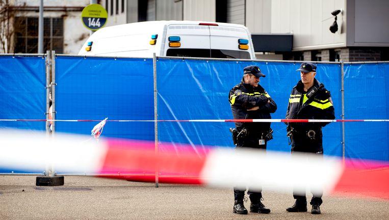 Politie op het bedrijventerrein aan de Tt. Melissaweg in Amsterdam-Noord waar Reduan B., de broer van kroongetuige Nabil B., werd doodgeschoten. Beeld Koen van Weel/ANP