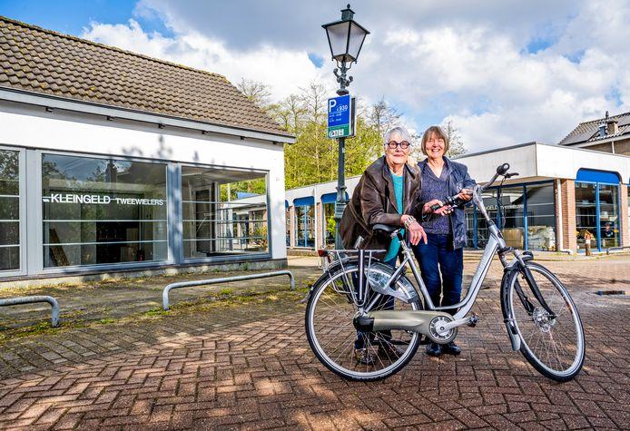 De zussen Tini en Margriet Kleingeld bij hun fietsenzaak aan de Hordijk in Rotterdam-IJsselmonde.