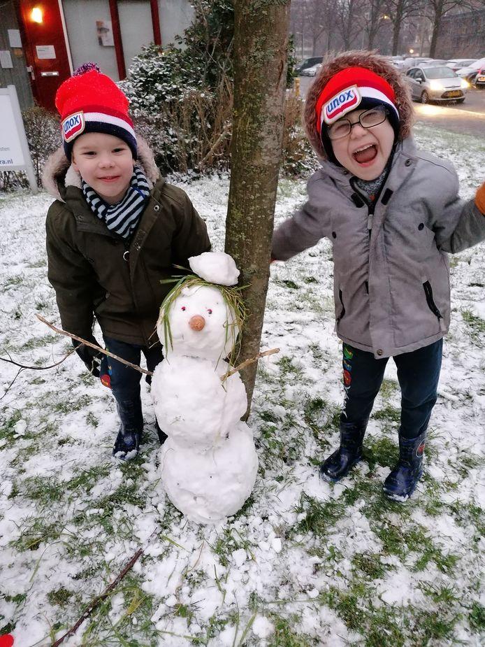 Met een groen kapsel, staat de sneeuwpop van de familie van Tabitha Edelenbos uit Delft wel goed in de kijker.