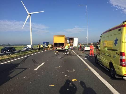 Een vrachtwagen is achter op een file gereden op de A15 bij IJzendoorn.