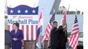 In 1997 werd herdacht dat het na-oorlogse Nederland een halve eeuw geleden door de Marshall-hulp weer op de been werd geholpen. Ex-president Bill Clinton (r) was van de partij, met naast hem oud-burgemeester Bram Peper. En wederom was de Erasmusbrug het decor.