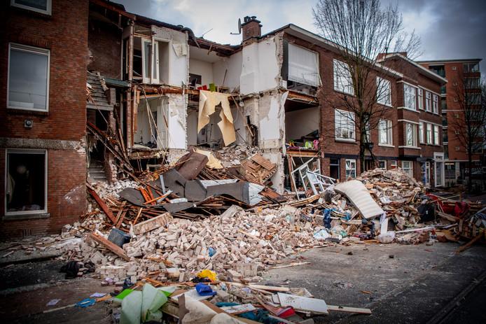 Onderzoek bij het ingestorte pand in de Jan van der Heijdenstraat in de Haagse wijk Laak, een dag nadat er een gasexplosie plaatsvond. Vier mensen werden door de brandweer uit het puin gered.  ROBIN UTRECHT