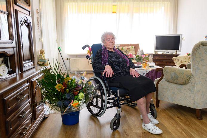 Annie Teesink is 107 jaar. Voor de oudste van Enschede is het geen gezellige verjaardag. Door de Covid-maatregelen mag de familie niet op visite komen.