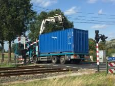 Treinverkeer tussen Tilburg en Den Bosch nog hele nacht plat, vrachtwagen blijft haken achter bovenleiding Berkel-Enschot