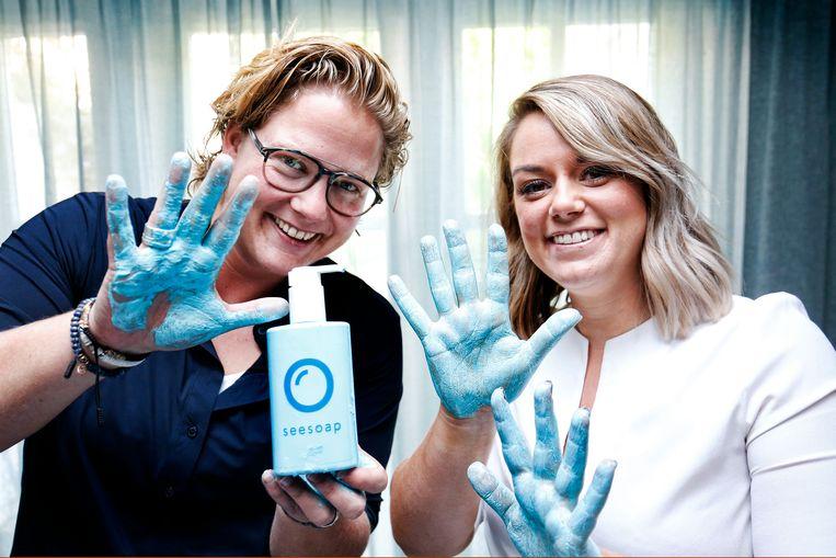 De zussen Michelle (links) en Sophie Peters bedachten een coronazeep: Seesoap. Beeld Ruud Voest