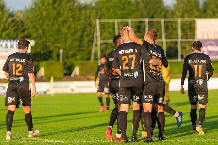 Ruben Geeraerts van SK Deinze heeft op Oudenaarde net gescoord en wordt door zijn ploegmaats gefeliciteerd.