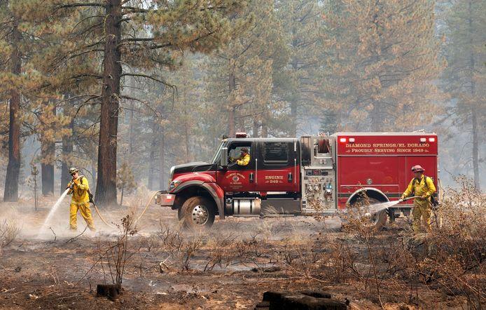 Brandweerlieden aan het werk bij Lake Tahoe.