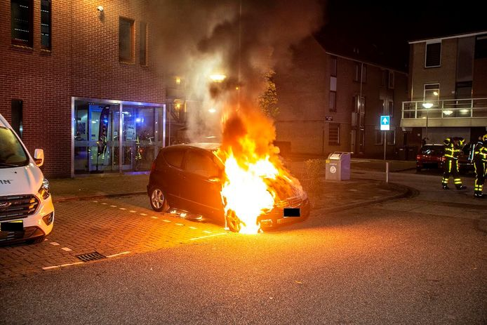 De auto in brand.