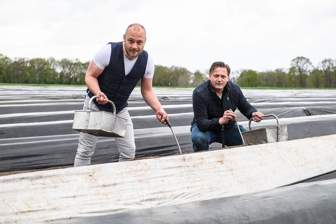 Christian Besselink (links) en Maarten Ensink (van bistro Bels) bij de aspergeboerderij in Mander.