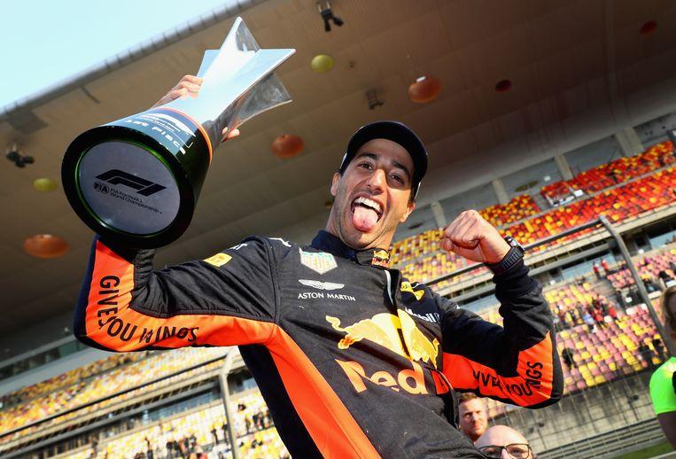 Daniel Ricciardo tijdens diens ererondje na het winnen van de Chinese grand prix voor lege tribunes. Beeld Getty Images