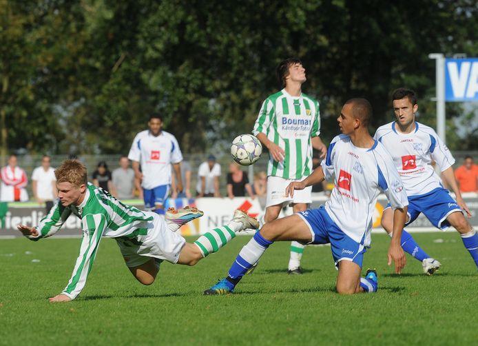 Reguillo Vandepitte (rechts) duelleert tijdens zijn eerste seizoen bij Hoek met Kloetinge-speler John Schot.