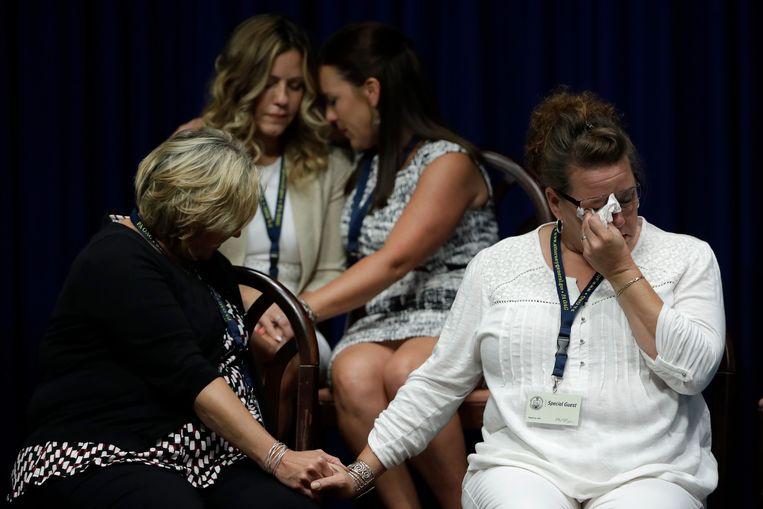 Slachtoffers van het seksueel misbruik en hun familieleden reageren in Harrisburg, Pennsylvania, als aanklager Shapiro zijn verhaal doet.  Beeld AP