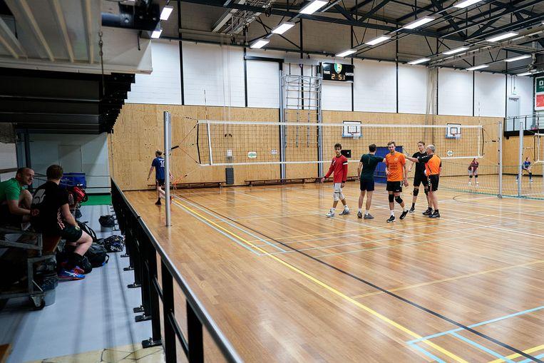 Bij volleybal mag je wel kort op elkaar staan, maar geen high fives uitdelen.  Beeld Phil Nijhuis