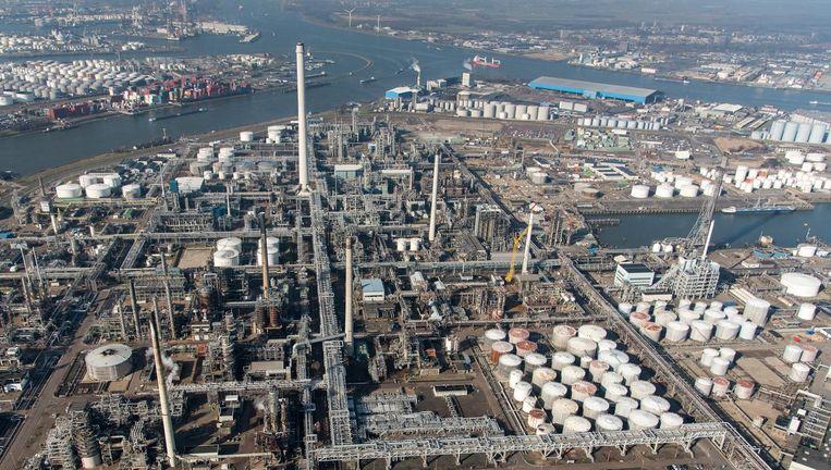 Luchtfoto van het Botlekgebied onder Rotterdam. Opslag voor olie, brandstof en chemicalien. De Botlek is een haven- en industriegebied in Rotterdam. Beeld anp