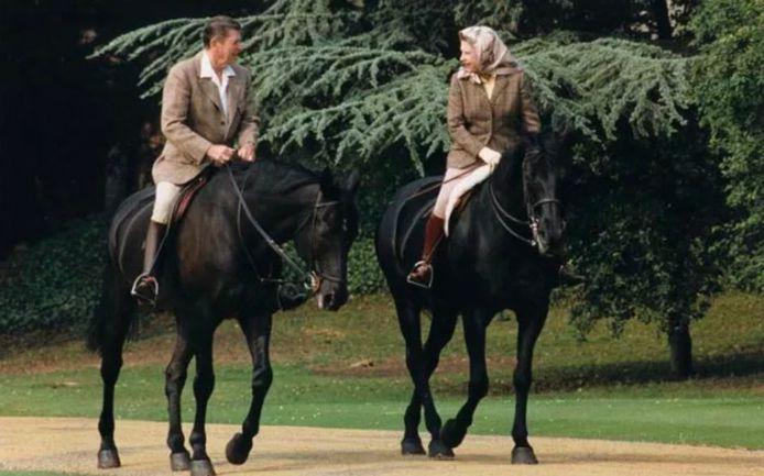 Ronald Reagan reed samen paard met de Queen in 1982.