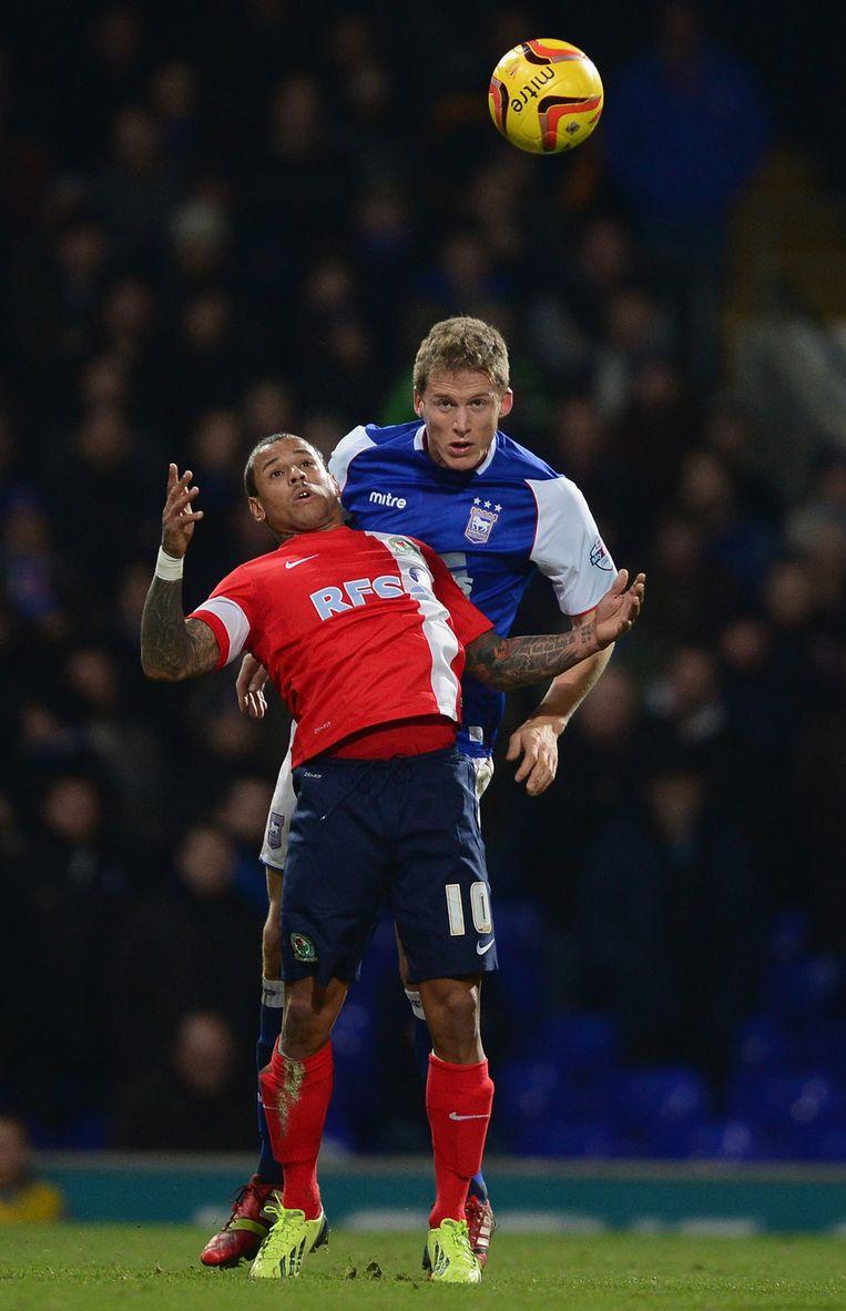 DJ Campbell (voorgrond) van Blackburn in duel met Luke Chambers van Ipswich Town tijdens het competitieduel van vorige week. Beeld getty
