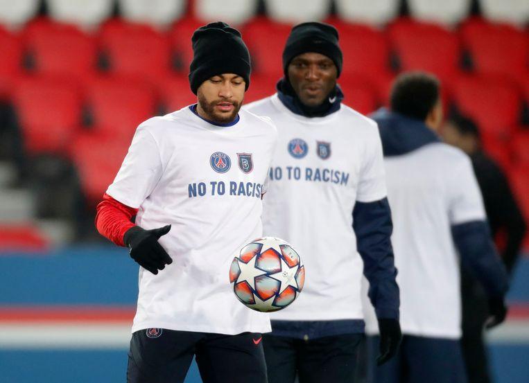 De spelers van PSG warmen vanavond op in speciale truitjes. Beeld REUTERS