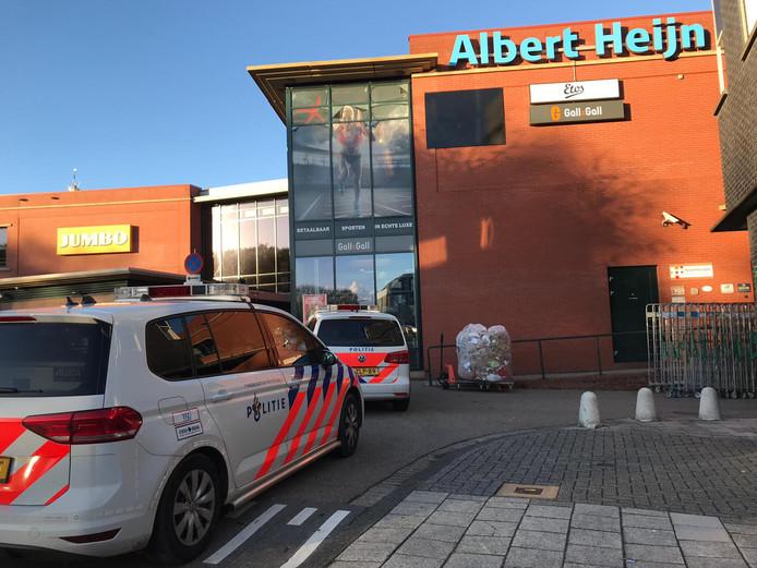 Een van de overvallen werd gepleegd op de Albert Heijn in Vianen, waar de jonge overvaller caissières met een mes bedreigde.