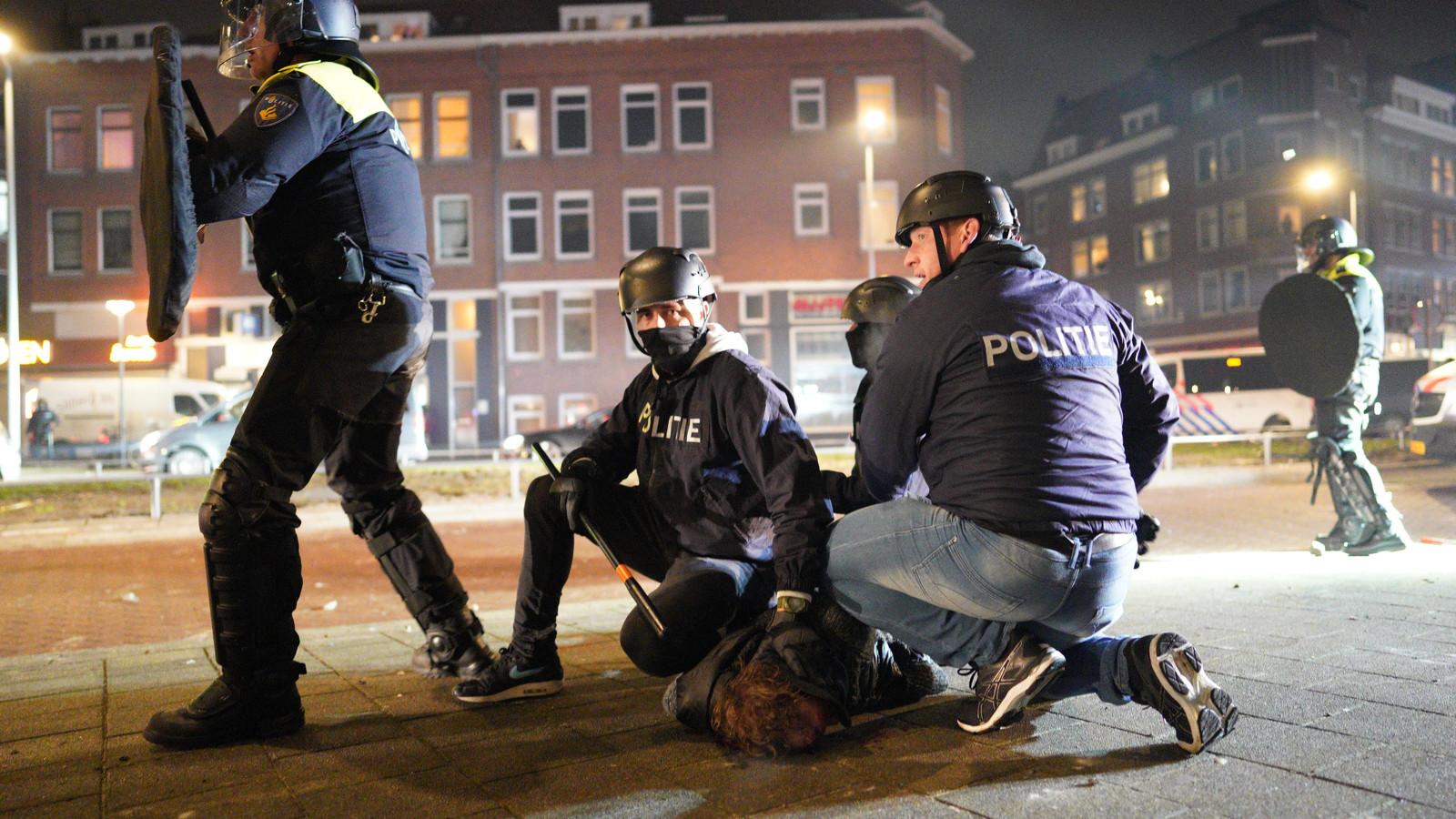 Een grote groep jongeren zoekt de confrontatie met de politie in Rotterdam.