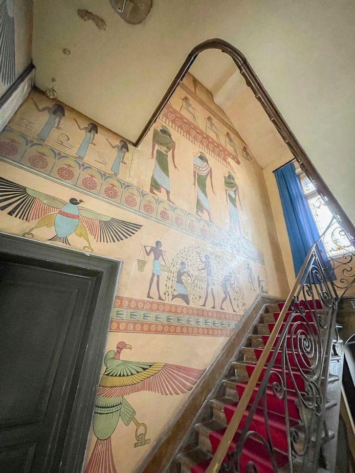 De wandschilderingen die de trappenhal sieren in het voormalige herenhuis van Lakens burgervader Émile Bockstael zijn geïnspireerd op het oude Egypte.