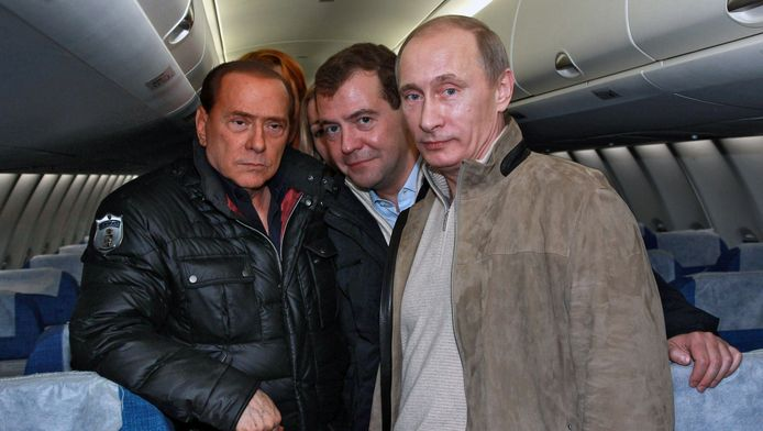 V.l.n.r.: Voormalig premier Silvio Berlusconi, de Russische premier Dmitri Medvedev en de Russische president Vladimir Poetin in 2010 in een vliegtuig.