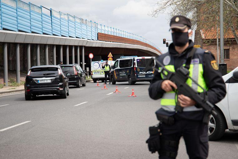 De politie controleert het verkeer bij het Atocha-station. De automobilisten vormen een dwarsdoorsnede van de economie in het centrum van Madrid. Beeld Cesar Dezfuli