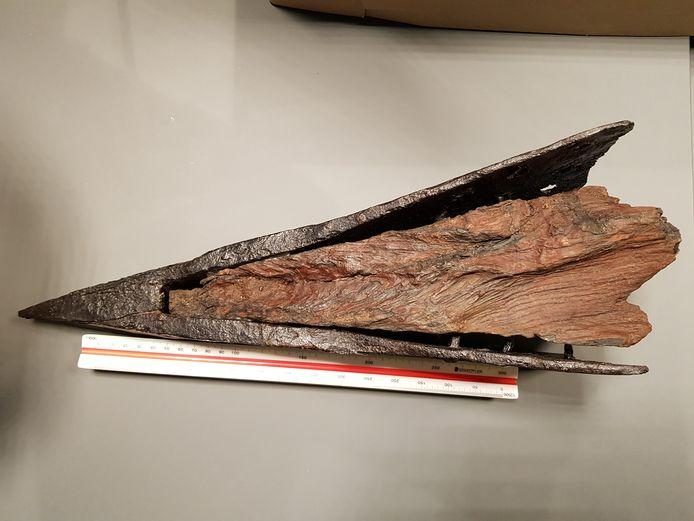De vondst  van Dorien van den Boogaard in haar vaders huis: een 17de-eeuwse zware paal met ijzeren paalschoen. Deze paal komt nu te liggen in het museum van Kasteel Wijchen