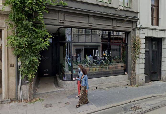 Le couloir qui donne accès au restaurant Luv L'oeuf où une dame est venue se soulager.