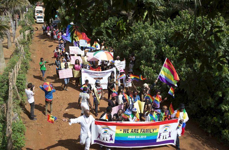 Homo's, lesbiennes, biseksuelen en transgenders in Oeganda vierden in 2015 in een optocht dat het hooggerechtshof de anti-homowet uit 2014 had geschrapt, omdat die niet met het vereiste quorum door het parlement was aangenomen.  Beeld Reuters