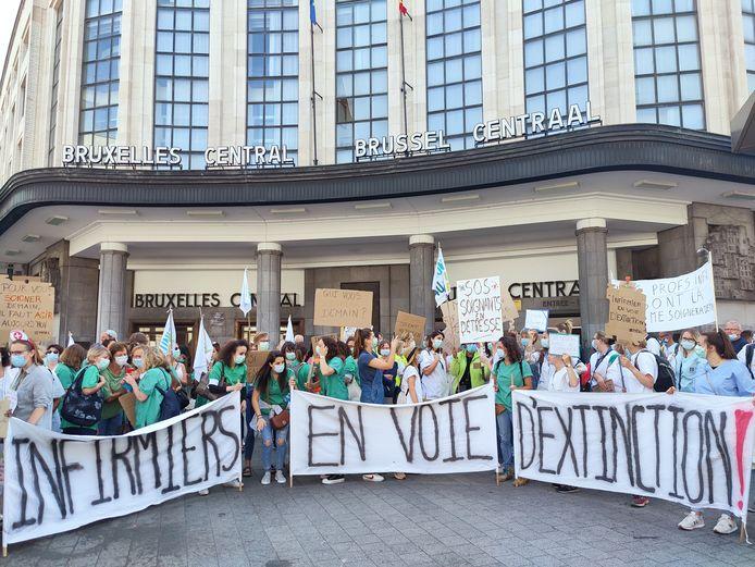 Les infirmiers se sont rassemblés au Carrefour de l'Europe, devant la gare de Bruxelles-Central