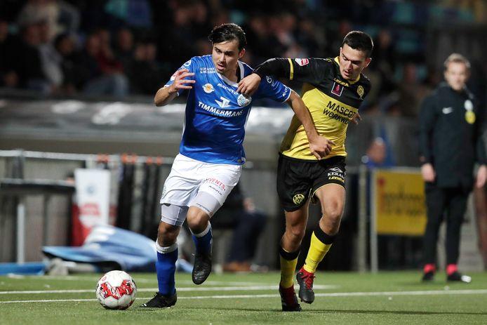 FC Den Bosch oefent op 15 augustus in eigen huis tegen Roda JC. Hier duelleert Mats Deijl (links) met Roda-speler Antonio Cotan in het onderlinge treffen in stadion De Vliert van 18 oktober vorig jaar (0-0).