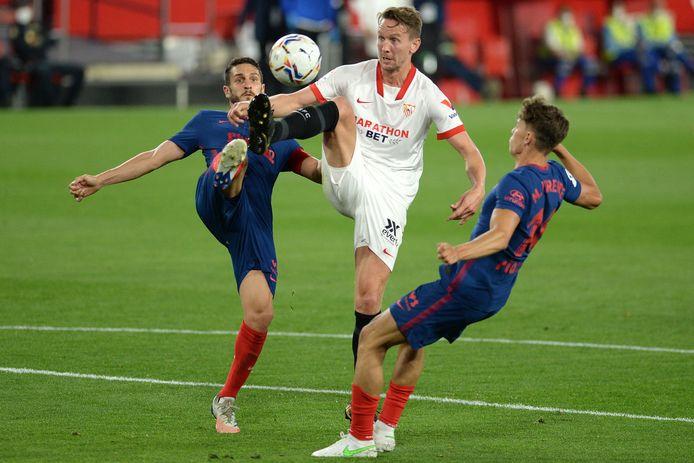 Luuk De Jong met Sevilla in actie tegen Atlético Madrid.