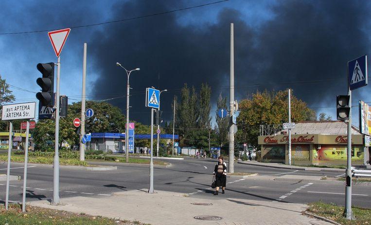 Zwarte rook in de buurt van het vliegveld van Donetsk nadat er donderdag weer gevochten werd in en nabij de stad. Beeld epa