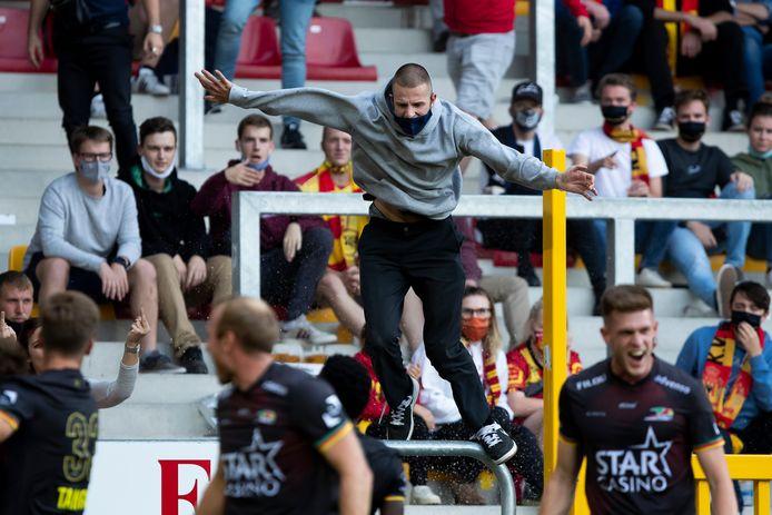 Een supporter van KV Mechelen hield het vervolgens niet meer en wipte het veld op