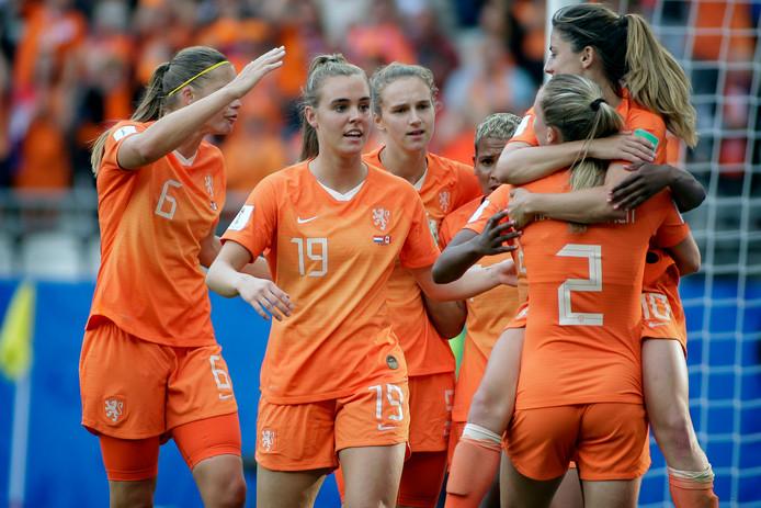 Het Nederlands dameselftal tijdens de wedstrijd tegen Canada in de groepsfase.