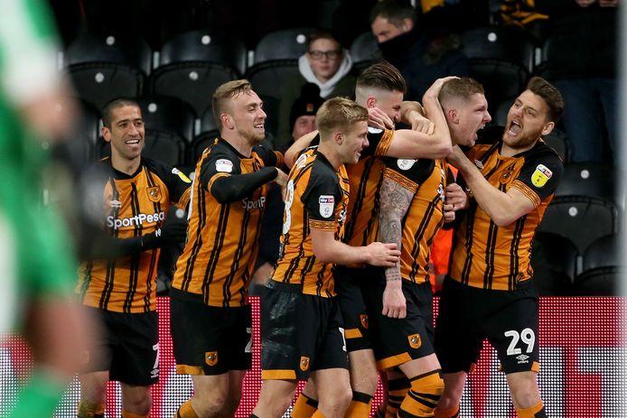 Jordy de Wijs, tweede van rechts, wordt gefeliciteerd door zijn ploeggenoten van Hull na een goal.