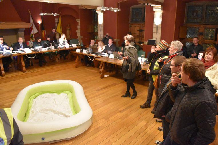 Het zwembad kreeg een symbolische plaats in het midden van de raadzaal.