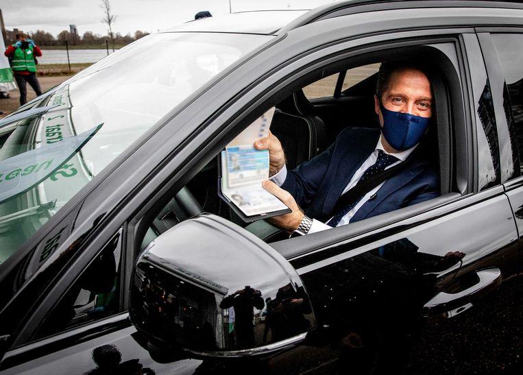 Minister Hugo de Jonge (Volksgezondheid) bij de stremstraat. Beeld ANP