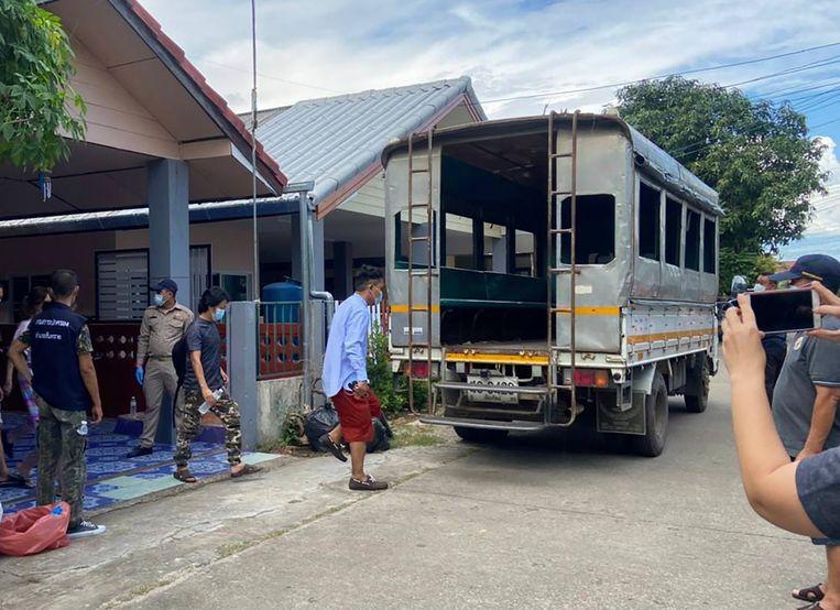 Drie journalisten van de Democratic Voice of Burma die werken vanuit Chiang Mai, een grote stad in het noorden van Thailand, zijn gearresteerd en met een arrestantenwagen afgevoerd. Hen hangt uitzetting naar Myanmar boven het hoofd en arrestatie door de junta. Beeld AP