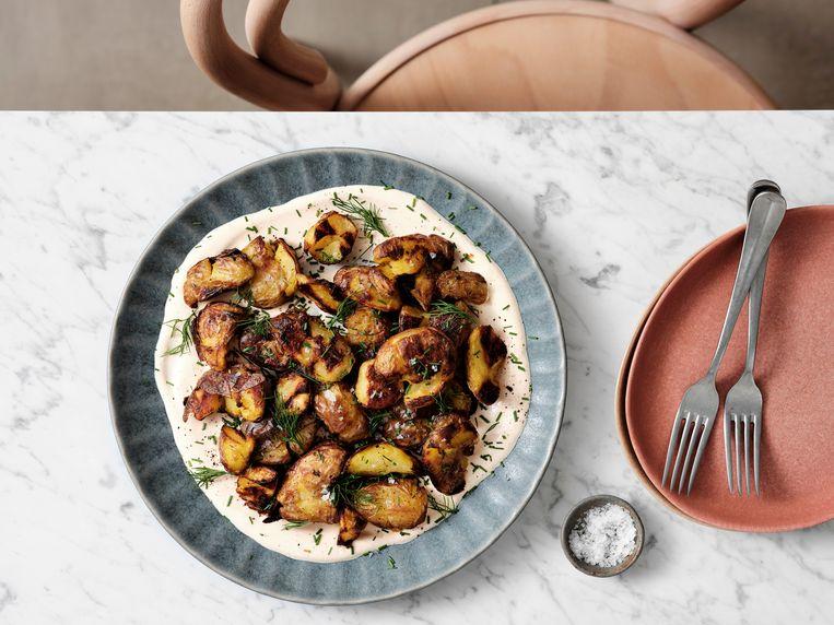 Degoutant lekkere aardappeltjes? Het geheim zit 'm (onder andere) in het roosteren op een aluminium bakplaat met genoeg zout. Beeld Hannes Vandenbroucke