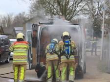 Bestelbus vliegt in brand in Hoogland