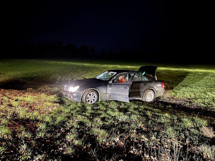 De verdachte auto kwam tot stilstand in een weiland bij Beuningen.